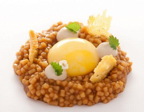 Huevo de caserío, guiso de trigo y jugo de pimientos a la brasa y pan de maíz de Mungia (Copiar)